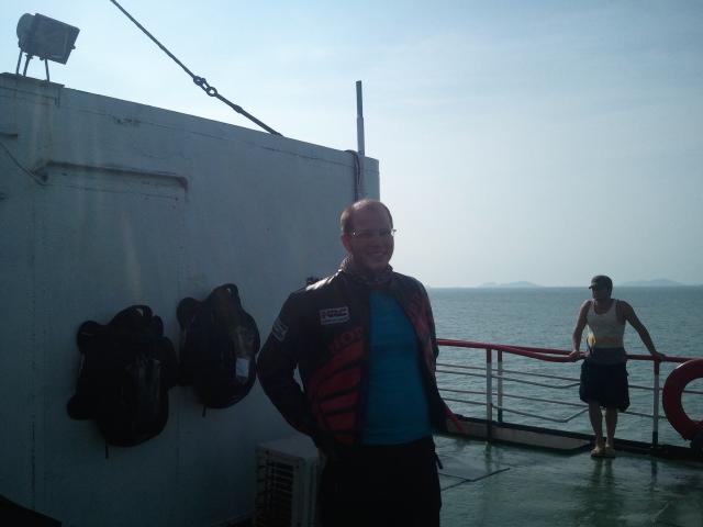 Mauro en el ferry al que las bolsas cubre-depósito se pegaban todo el rato